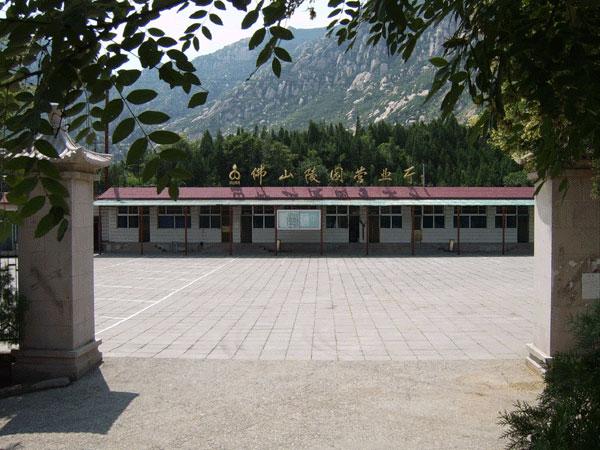 昌平区阳坊镇,周边环境得天独厚,有白虎涧自然风景区,凤凰岭自然风景